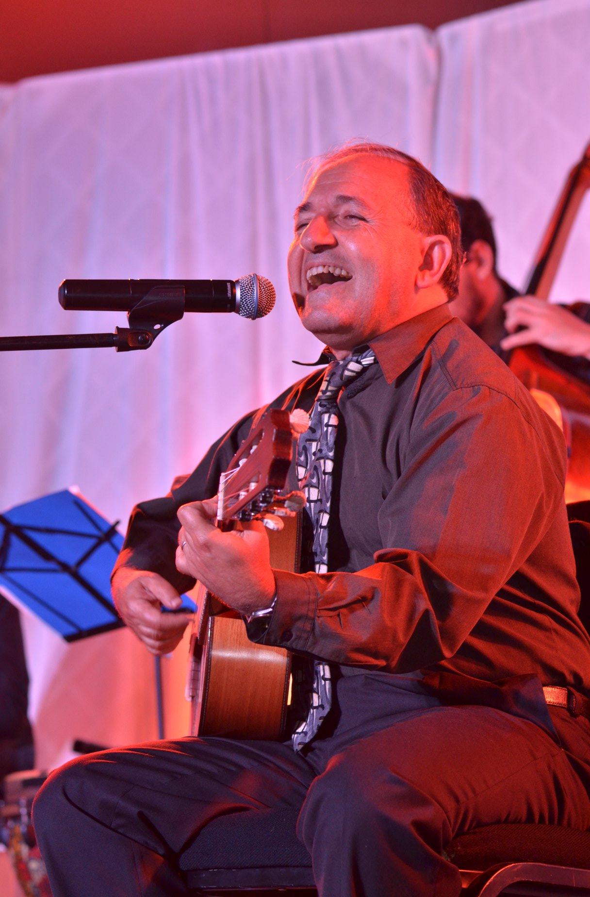 El Jazán Ramón Tasat cautiva al público con su canto y música sefaradí