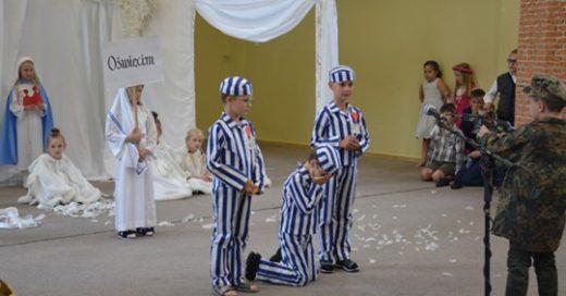Alumnos de primer grado actúan en una escuela de Polonia, vestidos con uniformes de los campos de concentración
